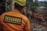 Petugas SAR gabungan melakukan pencarian korban bencana tanah longsor di Cimanggung, Kabupaten Sumedang, Jawa Barat, Kamis (14/1/2021). Hingga pagi hari di hari keenam pencarian, tim SAR gabungan telah menemukan 22 korban bencana tanah longsor yang terjadi pada Sabtu (9/1) lalu. ANTARA JABAR/Raisan Al Farisi/agr