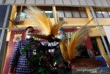 Kasat Reskrim Polresta Banda Aceh AKP Muhammad Ryan Citra Yudha (kiri) dan Dokter Hewan Balai Konservasi Sumber Daya Alam (BKSDA) Aceh Taing Lubis (kanan) melihat opsetan serta satwa langka dan dilindungi yang disita Sat Reskrim di Banda Aceh, Aceh, Kamis (14/1/2021). Personil unit Tipiter dan Opsnal Jatanras Sat Reskrim Polresta Banda Aceh mengamankan dan menyita seekor Macan Tutul, Macan Kumbang dan dua ekor burung Cenderawasih yang sudah di awetkan serta dua ekor burung Kakak tua jambul kuning dan seekor burung merak dalam kondisi hidup dari seorang warga Kota Banda Aceh yang sedang menjalani proses hukum kasus narkotika. Antara Aceh/Irwansyah Putra.