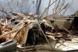 Warga memotret atap rumah yang ambruk akibat gempa bumi di Mamuju, Sulawesi Barat, Kamis (14/1/2021). BMKG Sulawesi Barat mencatat gempa bumi berkekuatan 5,9 skala richter terjadi pada pukul 14:35:49 WITA di empat kilometer Barat Laut Majene-Sulbar dengan kedalaman 10 Km dan tidak berpotensi tsunami. ANTARA FOTO/Akbar Tado/nym.