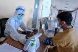 Petugas melakukan pemeriksaan awal terhadap tenaga kesehatan yang akan menjalani vaksinasi COVID-19 produksi Sinovac di Rumah Sakit Universitas Udayana, Jimbaran, Badung, Bali, Kamis (14/1/2021). Rumah sakit khusus untuk penanganan COVID-19 di wilayah Provinsi Bali tersebut memulai pelaksanaan vaksinasi COVID-19 bagi tenaga kesehatan. ANTARA FOTO/Fikri Yusuf/nym.