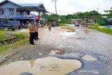 Barut cek kerusakan jalan negara menuju masuk dalam kota