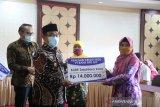 Pemkab Kulon Progo menyerahkan bantuan modal usaha