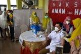 Wakil Wali Kota Gorontalo Ryan Kono menjalani vaksinasi perdana oleh tim kesehatan, yang dilaksanakan di rumah dinas Wali Kota setempat, Jumat (15/1). Kegiatan pemberian vaksin perdana kepada sejumlah pejabat dan tenaga kesehatan untuk membuktikan bahwa vaksinasi itu aman. (foto HO/ist)