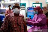 Sekretaris Dewan Perwakilatan Rakyat Kota (DPRK) Banda Aceh Tharmizi mendapatkan suntikan vaksin COVID-19 pada hari pertama vaksinasi untuk pejabat Forum Koordinasi Pimpinan Daerah (Forkopimda) Kota Banda Aceh di RSUD Meuraxa, Banda Aceh, Aceh, Jumat (15/1/2021). Pemerintah daerah mulai melakukan vaksinasi untuk pejabat Forkopimda dan tenaga kesehatan sebagai upaya memutuskan rantai penularan COVID-19. Antara Aceh/Irwansyah Putra