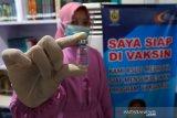 Dokter Rumah Sakit Umum Daerah (RSUD) Meuraxa memperlihatkan botol vaksin COVID-19 yang telah digunakan untuk tenaga kesehatan di Banda Aceh, Aceh, Jumat (15/1/2021). Pada Januari 2021 Kementerian Kesehatan akan melakukan vaksinasi COVID-19 kepada 566.000 orang dari 1,48 juta tenaga kesehatan di seluruh Indonesia. Antara Aceh/Irwansyah Putra.