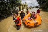 Warga terjebak banjir Kalsel dievakuasi