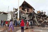 Gedung Kantor Gubernur Sulawesi Barat rusak akibat gempa bumi di Mamuju, Sulawesi Barat, Jumat (15/1/2021). BPBD Sulawesi Barat masih mendata jumlah kerusakan dan korban akibat gempa bumi berkekuatan magnitudo 6,2 tersebut. ANTARA FOTO/Akbar Tado/wsj.