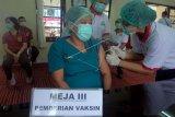 Tenaga kesehatan menjalani vaksinasi COVID-19 Sinovac, di RSUD Wangaya, Denpasar, Bali, Jumat (15/1/2021). Vaksinasi COVID-19 Sinovac di Bali dibagi menjadi lima kelompok, yaitu kelompok pertama tenaga kesehatan dan tenaga penunjang fasilitas kesehatan sebanyak 30.320 orang, kelompok kedua pelayanan publik yang meliputi TNI-Polri, Satpol PP, guru, aparat hukum dan lainnya yang berjumlah 263.389 orang, kelompok ketiga masyarakat rentan geospasial dan sosial ekonomi sejumlah 1.290.243 orang, kelompok keempat masyarakat dan pelaku ekonomi sejumlah 854.756 orang dan kelompok kelima masyarakat rentan yang berusia 60 tahun ke atas sebanyak 560.782 orang. ANTARA FOTO/Nyoman Hendra Wibowo/nym.