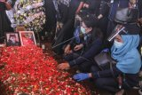 Keluarga dan kerabat menabur bunga di pusara pramugari Isti Yudha Prastika korban kecelakaan Sriwijaya Air SJ 182 di TPU Pondok Petir, Depok, Jawa Barat, Sabtu (16/1/2021). Pramugari Nam Air, Isti Yudha Prastika yang menjadi salah satu ekstra kru Sriwijaya Air SJ-182 dalam penerbangan rute Jakarta-Pontianak berhasil diidentifikasi oleh Tim Disaster Victim Identification (DVI) Polri. ANTARA FOTO/Asprilla Dwi Adha/nym.