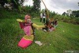Anggota padepokan 'Songgo Sukmo' berlatih panahan tradisional atau jemparingan di Lapangan Kampung Durinan, Bancaran, Bangkalan, Jawa Timur, Sabtu (16/1/2021). Latihan yang rutin digelar tiga kali dalam seminggu tersebut bertujuan untuk melatih kemampuan memanah dan mengolah rasa sekaligus melestarikan budaya. Antara Jatim/Moch Asim/ZK