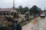 Banjir Barabai surut hingga warga bersihkan rumah sisa lumpur