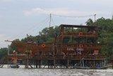 Pengunjung menikmati suasana saat berlibur di kawasan wisata Dermaga Rindu di Bangkalan, Jawa Timur, Sabtu (16/1/2021). Tempat wisata berkonsep resto dan kafe dengan pemandangan Jembatan Suramadu tersebut menjadi salah satu destinasi wisata yang dikunjungi banyak wisatawan saat berlibur ke Pulau Madura. Antara Jatim/Moch Asim/ZK