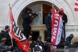FBI periksa puluhan demonstran Capitol setelah seorang polisi dilaporkan tewas