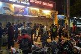 Polisi bubarkan massa berkerumun di Serang Banten