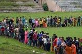 Pengungsi korban gempa antre untuk mendapatkan bantuan logistik dari TNI AD di Stadion Manakarra, Mamuju, Sulawesi Barat, Minggu (17/1/2021). Berdasarkan data BNPB per 17 Januari pukul 14.00 WIB, jumlah korban meninggal dunia akibat gempa bumi magnitudo 6,2 di Sulawesi Barat telah mencapai 73 orang. ANTARA FOTO/Sigid Kurniawan/nym.