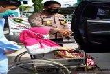 Polisi mengevakuasi wanita akan melahirkan di tengah banjir di Kalsel (Video)