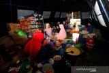 Warga korban tanah bergerak memasak dan beraktivitas dalam tenda pengungsian yang dibangun Badan Penanggulangan Bencada Daerah (BPBD) Kabupaten Aceh Besar di Desa Lamkleng, Aceh Besar, Aceh, Minggu (17/1/2021). BPBD Aceh Besar telah mengimbau warga yang berdomisili dikawasan bencana tanah bergerak tersebut untuk meningkatkan kewaspadaan dan mengungsi ke lokasi yang lebih aman guna menghindari korban jiwa. Antara Aceh/Irwansyah Putra.