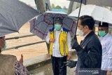 Tak bisa susuri sungai, Jokowi pantau banjir Kalsel dari atas jembatan