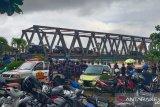 Kedatangan Presiden Jokowi di Jembatan Pekauman Martapura disambut hujan deras