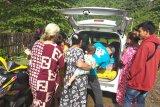 Relawan bagikan obat-obatan kepada pengungsi korban gempa Sulbar di Mamuju