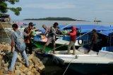 TNI AL distribusikan bantuan untuk warga Pulau Karampuang di Sulbar