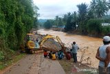 Alat berat Dinas PUPR Barito Utara  buka akses  jalan di Hantakan