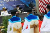 Wakil Kepala Staf Angkatan Laut (Wakasal) Laksamana Madya TNI Ahmadi Heri Purwono (kiri) menyampaikan pemaparan kepada wisudawan saat Penutupan Pendidikan dan Wisuda Program Pascasarjana Angkatan VI dan D3 Angkatan XIII Sekolah Tinggi Teknologi Angkatan Laut (STTAL) di Gedung Marore STTAL Bumimoro, Surabaya, Jawa Timur, Senin (18/1/2021). STTAL mewisuda 18 perwira S2 Analisis Sistem dan Riset Operasi (ASRO) Angkatan VI dan 40 bintara D3 Angkatan XIII yang terdiri dari 9 bintara Program Studi D3 Teknik Mesin, 8 bintara Program Studi D3 Teknik elektronika, 11 bintara Program Studi D3 Teknik Informatika serta 12 bintara Program Studi D3 Hidro Oseanografi. Antara Jatim/Didik/Zk
