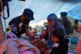 Pusdokkes Polri bagikan obat-obatan kepada korban gempa di Mamuju