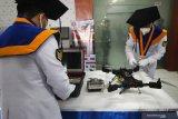 Wisudawan menyiapkan inovasi buatannya untuk dipamerkan saat Penutupan Pendidikan dan Wisuda Program Pascasarjana Angkatan VI dan D3 Angkatan XIII Sekolah Tinggi Teknologi Angkatan Laut (STTAL) di Gedung Marore STTAL Bumimoro, Surabaya, Jawa Timur, Senin (18/1/2021). STTAL mewisuda 18 perwira S2 Analisis Sistem dan Riset Operasi (ASRO) Angkatan VI dan 40 bintara D3 Angkatan XIII yang terdiri dari 9 bintara Program Studi D3 Teknik Mesin, 8 bintara Program Studi D3 Teknik elektronika, 11 bintara Program Studi D3 Teknik Informatika serta 12 bintara Program Studi D3 Hidro Oseanografi. Antara Jatim/Didik/Zk