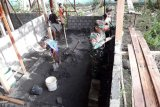 Babinsa Koramil Warbah bantu bangun rumah warga binaan
