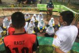 Sejumlah siswa mengikuti proses belajar mengajar di ruang terbuka di Taman Hijriah Meulaboh, Aceh Barat, Aceh, Selasa (19/1/2021). Sekolah di daerah tersebut melaksanakan pembelajaran tatap muka di tengah pandemi COVID-19 dengan menerapkan protokol kesehatan. ANTARA FOTO/Syifa Yulinnas/aww