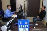 Petugas Imigrasi merekam wajah dan sidik jari pemohon pembuatan paspor di Kantor Imigrasi Kelas II Meulaboh, Aceh Barat, Aceh, Selasa (19/1/2021). Data kantor imigrasi setempat menyebutkan, permintaan dan pengurusan paspor pada awal tahun 2021 menurun hingga 92,5 persen daripada tahun sebelumnya. ANTARA FOTO/Syifa Yulinnas/aww.