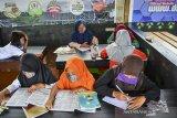 Siswa belajar daring di Kedai Sawah Kopi yang dikelola oleh Badan Usaha Milik Desa (BUMDes) Pawindan di Dusun Pasir Peutey, Desa Pawindan, Kabupaten Ciamis, Jawa Barat, Rabu (20/1/2021). Pemerintah Desa melalui BUMDes Pawindan memfasilitasi internet gratis di tiga dusun untuk membantu siswa sekolah belajar secara daring saat diterapkannya PPKM. ANTARA JABAR/Adeng Bustomi/agr