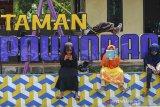 Sejumlah siswi bermain sambil belajar daring di Taman Pawindan Seirama yang dikelola oleh Badan Usaha Milik Desa (BUMDes) di Dusun Pasir Peutey, Desa Pawindan, Kabupaten Ciamis, Jawa Barat, Rabu (20/1/2021). Pemerintah Desa melalui BUMDes Pawindan memfasilitasi internet gratis di tiga dusun untuk membantu siswa sekolah belajar secara daring saat diterapkannya PPKM. ANTARA JABAR/Adeng Bustomi/agr