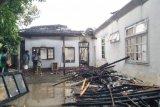 Uang Rp15 juta dan rumah di Kota Praya ludes terbakar