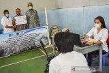 Pegawai BPN dan BBWS Citanduy memotret warga saat pembayaran uang ganti rugi pembangunan Bendungan Leuwi Keris tahap II di GOR Handap Herang, Kabupaten Ciamis, Jawa Barat, Rabu (20/1/2021). Pemerintah mengucurkan uang ganti rugi pelepasan hak dan pemutusan hubungan hukum pengadaan tanah untuk pembangunan Bendungan Leuwi Keris seluas 650 bidang tanah di wilayah Kabupaten Tasikmalaya dan 1.046 bidang tanah di Ciamis dengan total pembayaran mencapai Rp300 miliar. ANTARA JABAR/Adeng Bustomi/agr