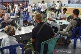 Sejumlah pegawai BPN dan BBWS Citanduy melayani warga saat pembayaran uang ganti rugi pembangunan Bendungan Leuwi Keris tahap II di GOR Miftah, Handap Herang, Kabupaten Ciamis, Jawa Barat, Rabu (20/1/2021). Pemerintah mengucurkan uang ganti rugi pelepasan hak dan pemutusan hubungan hukum pengadaan tanah untuk pembangunan Bendungan Leuwi Keris seluas 650 bidang tanah di wilayah Kabupaten Tasikmalaya dan 1.046 bidang tanah di Ciamis dengan total pembayaran mencapai Rp300 miliar. ANTARA JABAR/Adeng Bustomi/agr