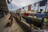 Anak-anak korban banjir bermain di posko pengungsian korban banjir di Stadion Demang Lehman, Martapura, Kabupaten Banjar, Kalimantan Selatan, Selasa (19/1/2021). Berdasarkan data relawan Posko Pengungsian Korban Banjir Stadion Demang Lehman dari Rabu (13/1/2021) hingga Selasa (19/1/2021) sebanyak 860 warga yang terdampak banjir di Kalimantan Selatan mengungsi di Stadion tersebut. Foto Antaranews Kalsel/Bayu Pratama S.