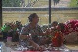 Seorang ibu bersama anaknya berada di posko pengungsian korban banjir di Stadion Demang Lehman, Martapura, Kabupaten Banjar, Kalimantan Selatan, Selasa (19/1/2021). Berdasarkan data relawan Posko Pengungsian Korban Banjir Stadion Demang Lehman dari Rabu (13/1/2021) hingga Selasa (19/1/2021) sebanyak 860 warga yang terdampak banjir di Kalimantan Selatan mengungsi di Stadion tersebut. Foto Antaranews Kalsel/Bayu Pratama S.