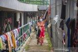 Pengungsi korban banjir beraktivitas di posko pengungsian korban banjir di Stadion Demang Lehman, Martapura, Kabupaten Banjar, Kalimantan Selatan, Selasa (19/1/2021). Berdasarkan data relawan Posko Pengungsian Korban Banjir Stadion Demang Lehman dari Rabu (13/1/2021) hingga Selasa (19/1/2021) sebanyak 860 warga yang terdampak banjir di Kalimantan Selatan mengungsi di Stadion tersebut. Foto Antaranews Kalsel/Bayu Pratama S.