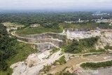 Foto udara lokasi pembangunan Bendungan Leuwi Keris di Kabupaten Tasikmalaya, Jawa Barat, Rabu (20/1/2021). Proyek pembangunan Bendungan Leuwi Keris yang mampu menampung 81,44 juta meter kubik air sebagai sumber irigasi dan Pembangkit Listrik Tenaga Air (PLTA) tersebut sudah mencapai 59,49 persen dengan target selesai pada tahun 2023 mendatang. ANTARA JABAR/Adeng Bustomi/agr