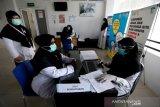 Tenaga medis Puskesmas Ulee Kareng mendaftar dan memeriksa kondisi kesehatan untuk mendapatkan vaksin COVID-19 sinovav di Banda Aceh, Aceh, Rabu (20/1/2021). Kementerian Kesehatan pada tahap pertama hingga akhir Februari 2021 akan memberikan vaksinasi COVID-19 sinovac kepada 566.000 orang dari 1.48 juta tenaga kesehatan (nakes) di seluruh Indonesia. Antara Aceh / Irwansyah Putra.