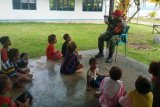 Babinsa Koramil Yapbar ajarkan anak Kampung Nurawi baca tulis berhitung
