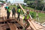Koramil Mindiptana perbaiki jembatan kayu yang rusak
