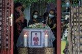 Anggota keluarga dan kerabat berdoa untuk jenazah pramugari Sriwijaya Air SJ-182 Mia Tresetyani Wadu di rumah duka, Denpasar, Bali, Rabu (20/1/2021). Jenazah pramugari yang menjadi korban kecelakaan pesawat Sriwijaya Air SJ-182 rute Jakarta-Pontianak tersebut akan dimakamkan di tempat pemakaman Kristen Mumbul, Nusa Dua, Badung pada Kamis (21/1). ANTARA FOTO/Nyoman Hendra Wibowo/nym.