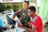Satgas Yonif MR 413 Kostrad ajarkan pemuda di perbatasan operasikan laptop