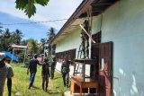 Satgas Pamrahwan Yonif 756/WMS renovasi balai kampung Soba Mappi
