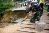 Jalan putus Sekatak, ada jembatan darurat hanya untuk motor