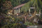 Warga berada di dekat puing-puing rumah akibat banjir bandang di Desa Alat, Kecamatan Hantakan,Kabupaten Hulu Sungai Tengah, Kalimantan Selatan,Kamis (21/1/2021). Berdasarkan data bencana alam banjir Badan Penanggulangan Bencana Daerah (BPBD) Kabupaten Hulu Sungai Tengah pada Selasa (18/1/2021) sebanyak 57.624 jiwa terdampak banjir serta sembilan jiwa dinyatakan meninggal dunia dan enam jiwa hilang. Foto Antaranews Kalsel/Bayu Pratama S.