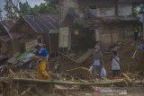 Warga menyeberang sungai menggunakan jembatan darurat akibat jembatan gantung di Desa Alat putus akibat banjir bandang di Kabupaten Hulu Sungai Tengah, Kalimantan Selatan, Kamis (21/1/2021). Berdasarkan data Badan Penanggulangan Bencana Daerah (BPBD) Provinsi Kalsel pada Rabu (20/1/2021) sebanyak 21 Jembatan, 110 tempat ibadah, 76 sekolah serta 18.294 meter jalan terdampak banjir dan longsor di Kalimantan Selatan. Foto Antaranews Kalsel/Bayu Pratama S.